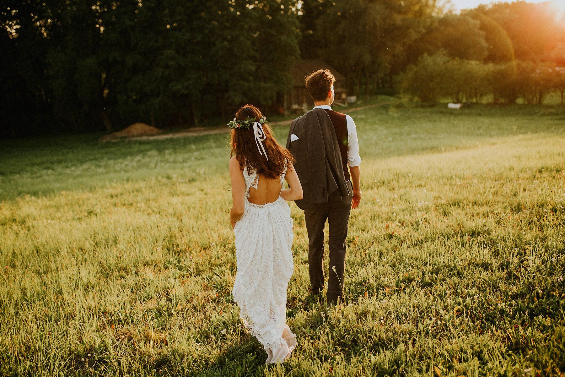 gołe plecy suknia ślubna