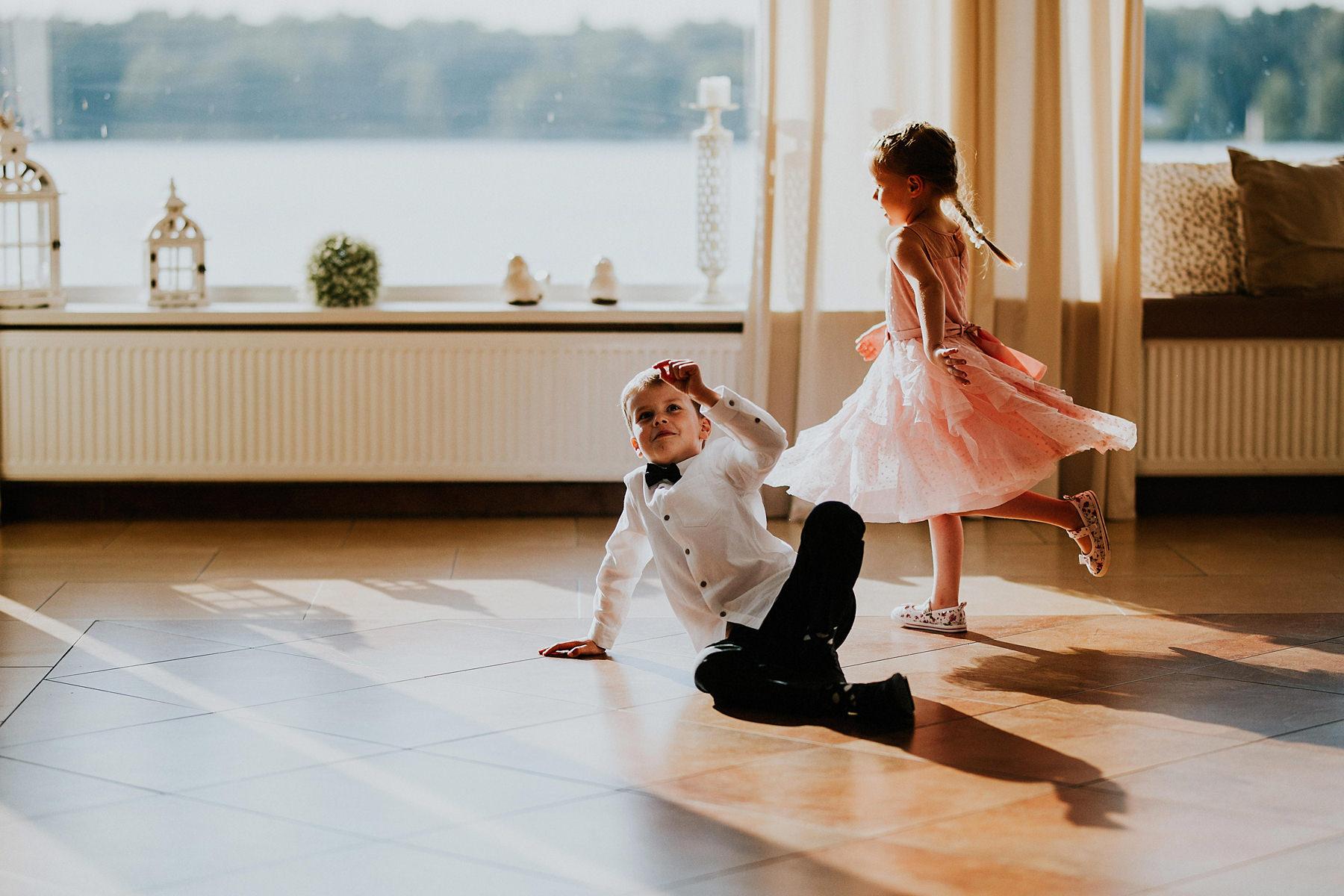 dzieci na weselu brac czy nie