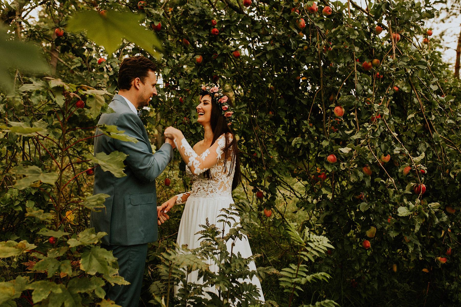 sesja poślubna w sadzie jabłonie