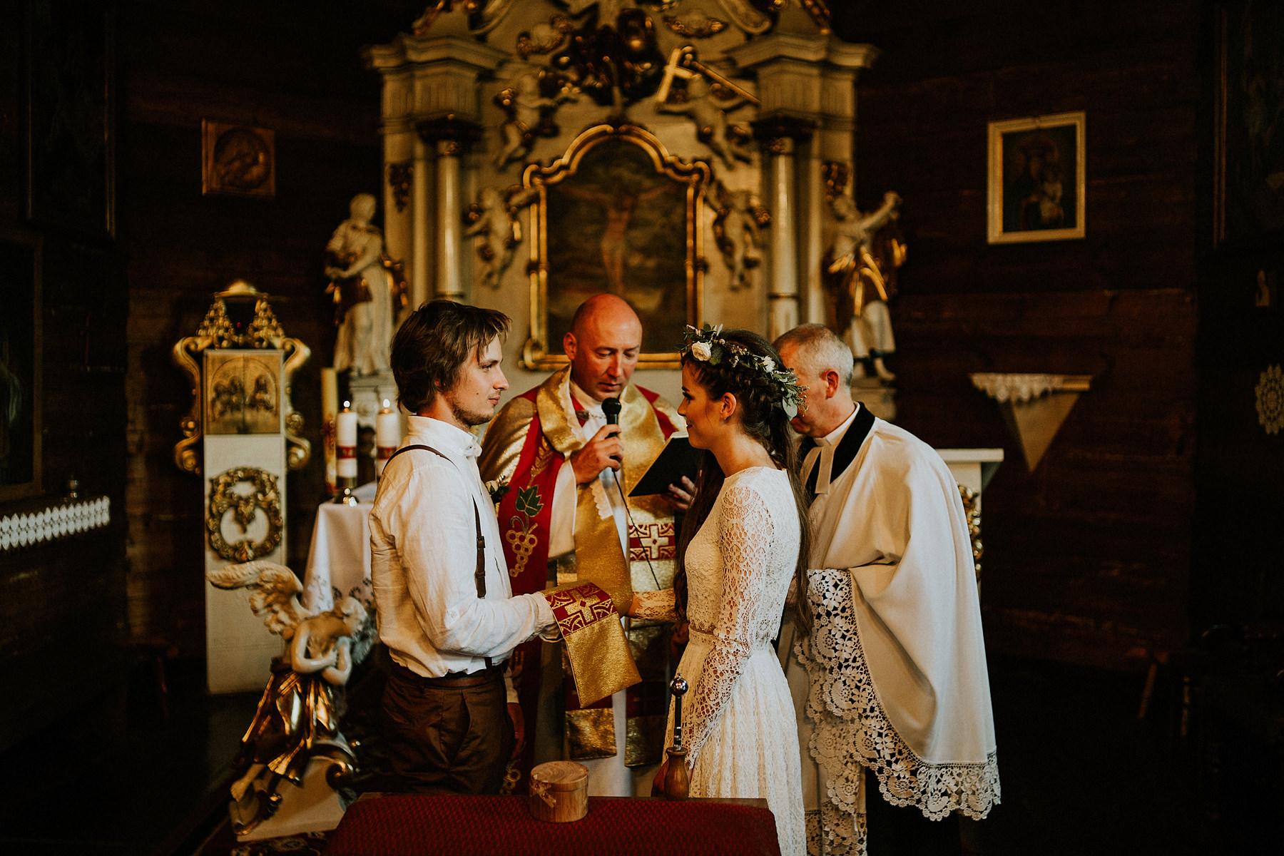 drewniany kosciolek na boho ślub