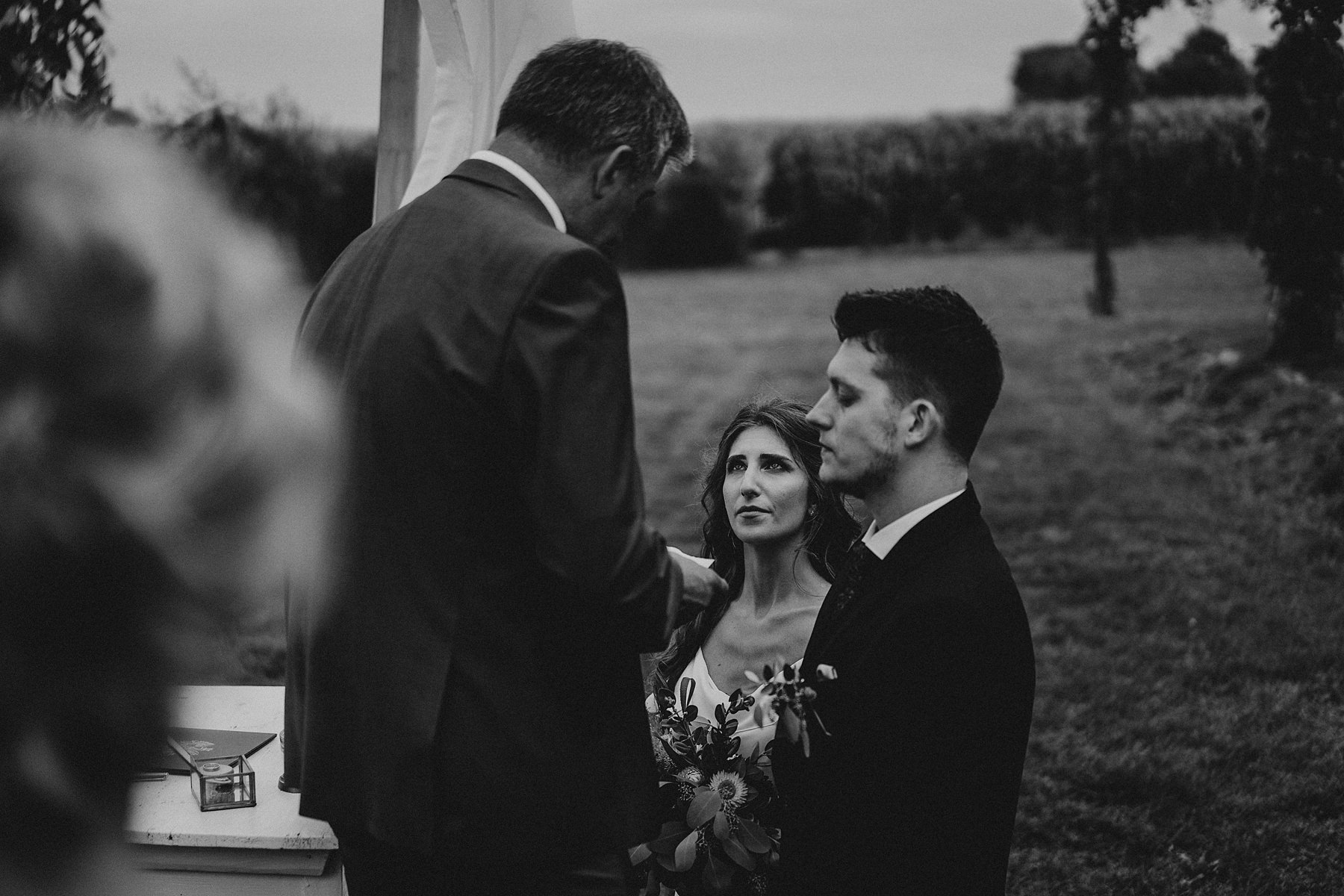 błogosławieństwo przed ślubem w plenerze